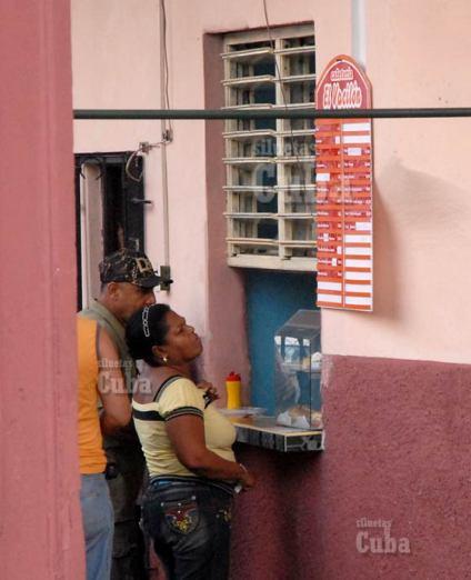 Una mujer lee las ofertas de una cafetería particular en 10 de Octubre, el 2 de Febrero de 2011, La Habana, Cuba. Foto: Calixto N. Llanes/Juventud Rebelde (CUBA)