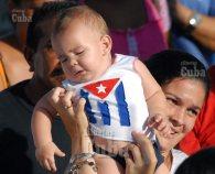 Una mujer desfila cargando a su bebé, el 1 de Mayo de 2011, La Habana, Cuba. Foto: Calixto N. Llanes/Juventud Rebelde (CUBA)