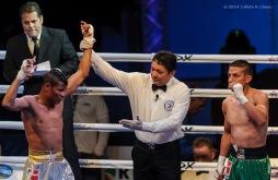 Gerardo Cervantes (izquierda), de los Domadores de Cuba, celebra su victoria en los 52 kg ante Orlando Huitzil, de los Guerreros de Mexico, durante la IV Serie Mundial de Boxeo celebrado en el Coliseo de la Ciudad Deportiva, el viernes 17 de enero de 2014, La Habana. FOTO: Calixto N. Llanes/Juventud Rebelde (CUBA)